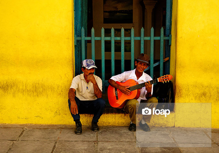 Foap-Busker_and_a_man_in_the_streets_of_Trinidad__Cuba_on_Christmas_Eve_2013__