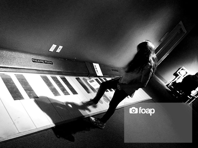 Foap-Girl_playing_Walking_Piano
