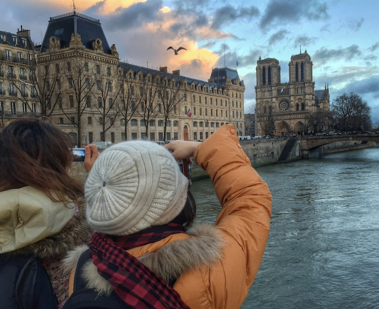 Foap-Tourists_taking_pictures_of_Notre_Dame_Cathedral