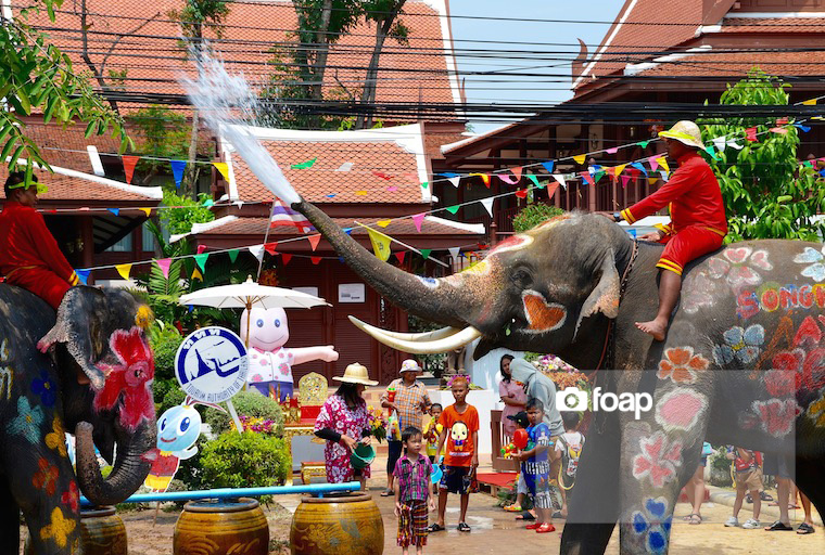 Foap-Elephants_are_playing_water_with_thai_people_during_Songkran_festival_2015_