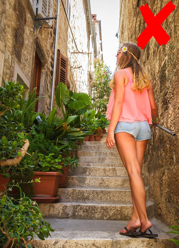 Foap-Young_woman_wondering_streets_kityyaya