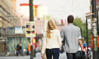 INDG_Couple street walk