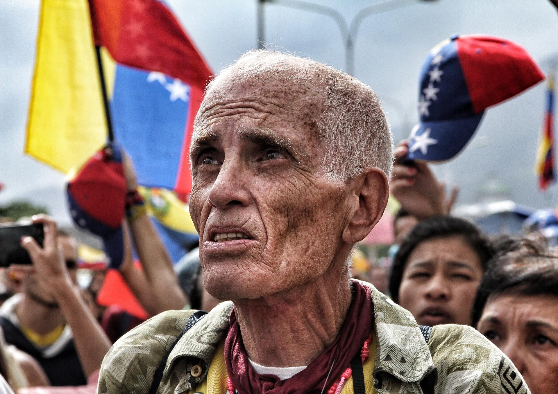 https://www.foap.com/photos/abuelo-en-resistencia-este-2017-en-caracas-venezuela-muchos-venezolanos-han-salido-a-protestar-por-la-crisis-que-vive-actualmente-en-el-pais-van-92-dias-de-protestas-contra-el-gobierno-de-nicolas-maduro-las-fuerzas-del-estado-han-dejado-decenas-de-5e869b91-a5b2-4f08-9035-2736d019f999